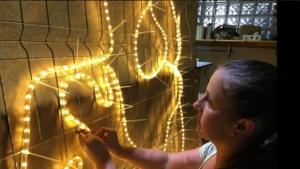 Vecinos en paro para hacer las luces de Navidad