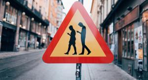 ¡Cuidado! Peatones usando el móvil