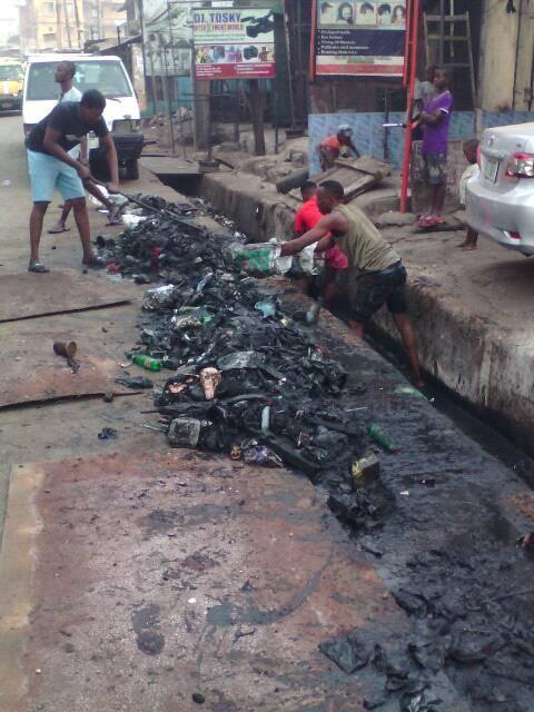 Cleanup by neighbors in the city of Onitsha (Nigeria)