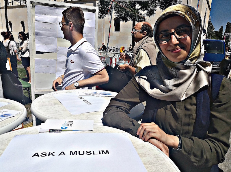 Ask a Muslim, a Jew or a Christian: Answers at public space
