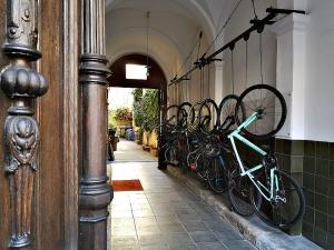 Urban cycling versus spatial efficiency in existing buildings