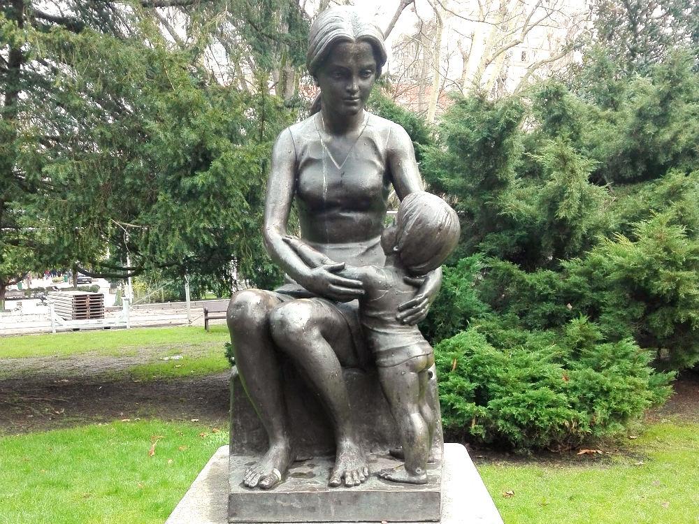 Women-sculptures-in-cities