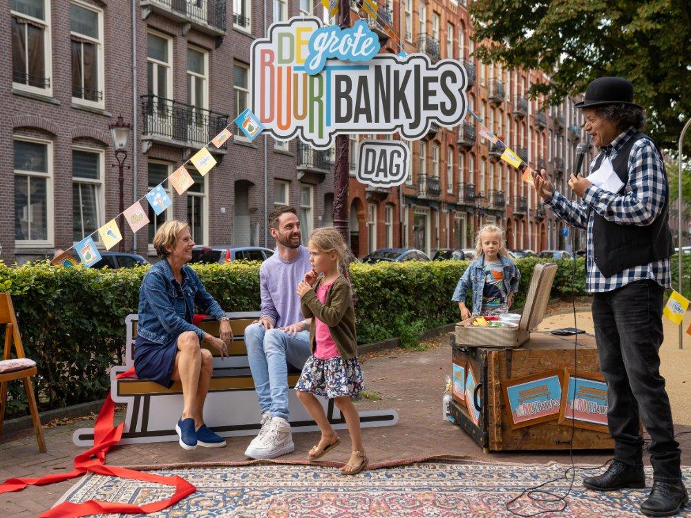 Benches-activates-sidewalks-in-Dutch-cities